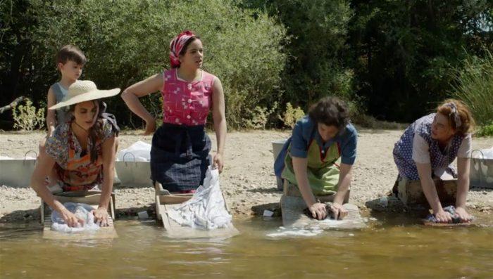 peli o manta. dolor y gloria. rosalia penelope cruz lavando en el río