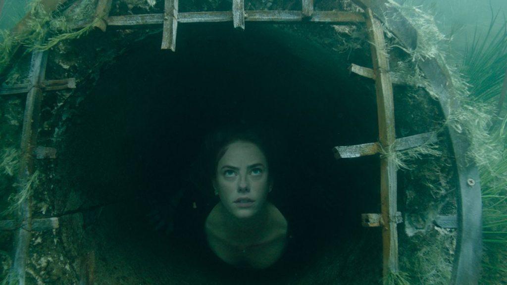 Peli o manta. Infierno bajo el agua. Ella bucea