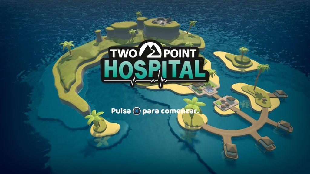 La primera imagen de esta Review Two Point Hospital es de la pantalla principal, antes de pulsar equis para comenzar. Por cierto, si eres una persona ciega, escríbenos a @peliomanta, que tengo curiosidad por hablar contigo