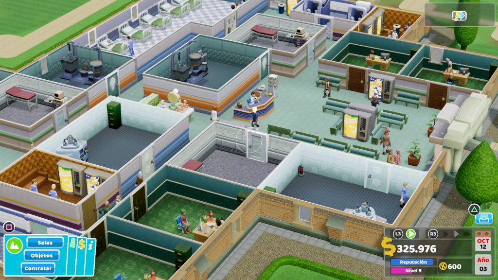 Segunda imagend de nuestra review Two Point Hospital en la que se ve el hospital desde arriba, con un montón de salas y tal