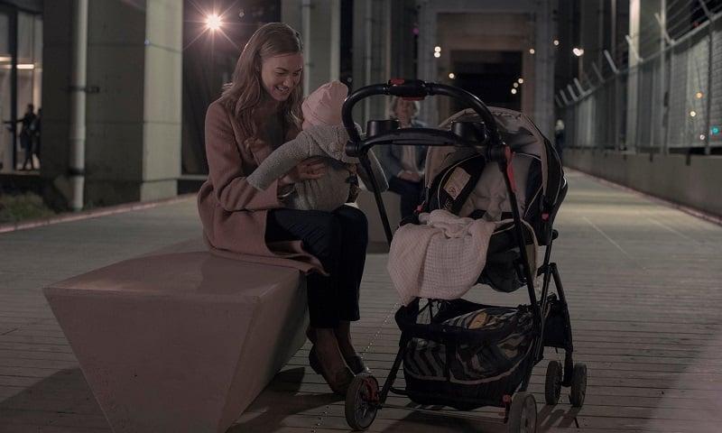 Serena con Holly en Canadá en la temporada 3 de El cuento de la criada