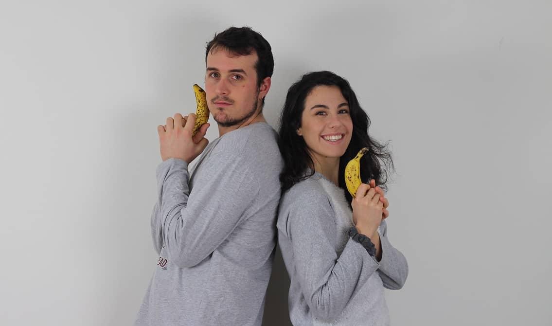 Irene Fountain y Eloy Rojano Vargas están espalda con espalda, con una banana en la mano, como si fueran los ángeles de charlie. Los plátanos son símbolo de la web, y las bananas se usas para puntuar películas, series y videojuegos.