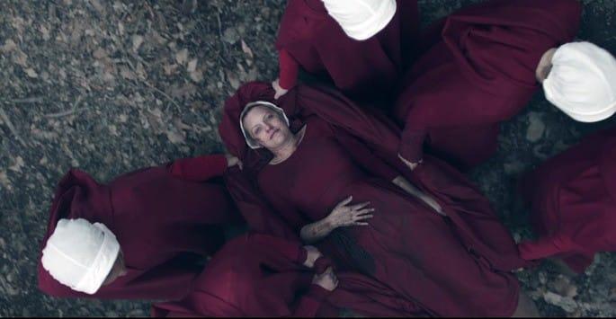 June tras ser disparada en el último capítulo de la tercera temporada de El cuento de la criada