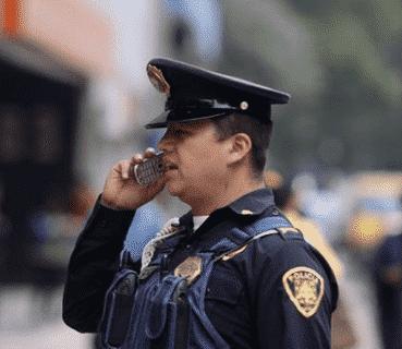 Personajes de Succession. Peli o Manta. Policia