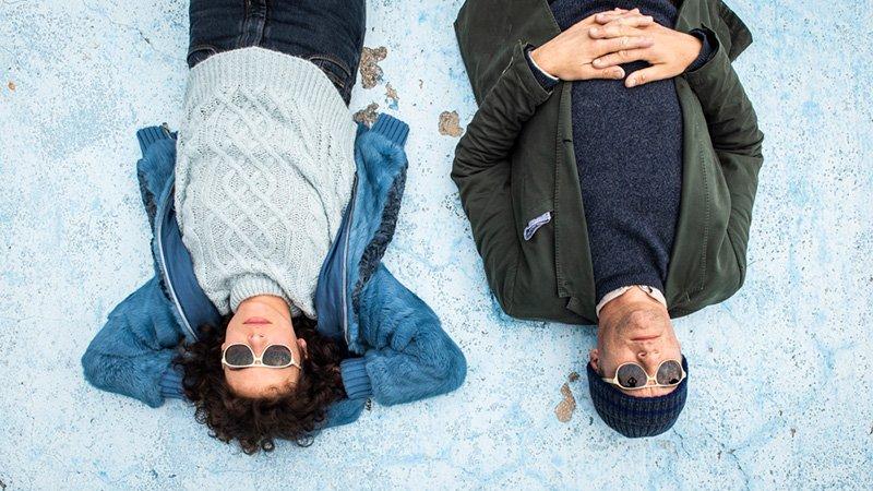Una mujer y un hombre tumbados en el suelo, fotograma de Guida romantica a posti perduti , una de las pelis que verá Peli o Manta en el Festival de cine italiano de Madrid 2020