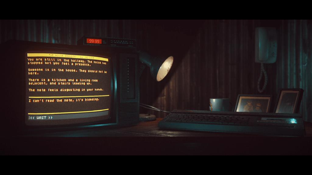 review Stories Untold Peli o Manta. Se ve un escritorio con un ordenador, una lámpara y todo un aspecto antiguo